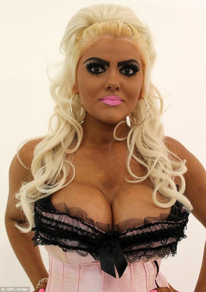 Британские профессионалы поработали над образом девушки, подражавшей кукле Барби (6 фото)
