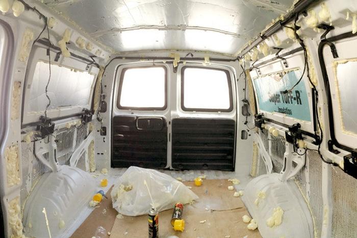 Превращение грузового фургона в мобильную квартиру-студию (15 фото)