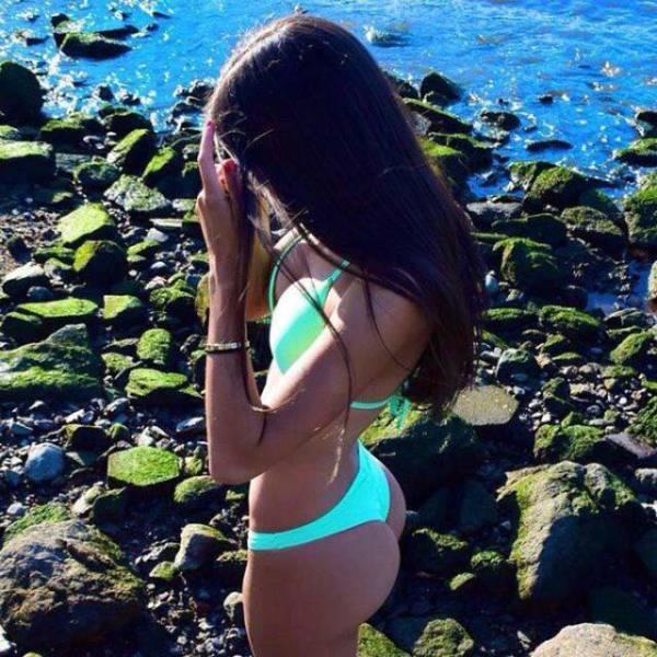 Девушки в купальниках наслаждаются лучами солнца (54 фото)