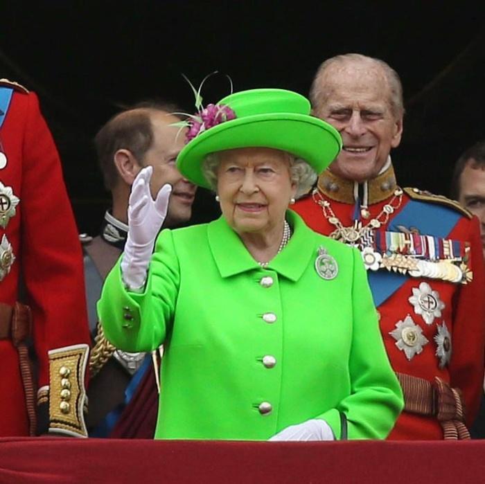 Пользователи сети пошутили над нарядом королевы Великобритании Елизаветы II (15 картинок)
