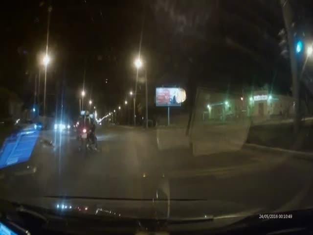 Мотоциклист перелетел через руль