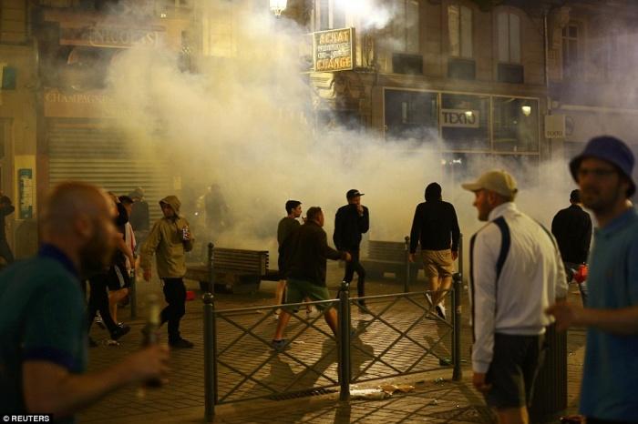 Английские фанаты устроили массовые беспорядки в Лилле (20 фото)