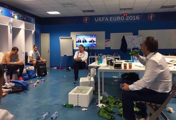 Министр спорта Виталий Мутко выпил пива с футболистами сборной России (2 фото)