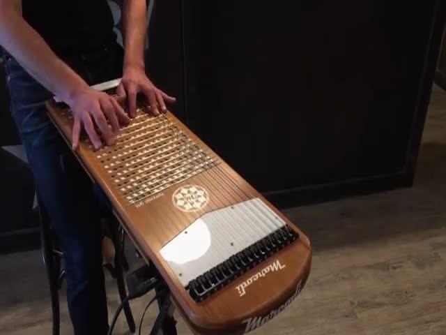 Мелодия Hotel California на струнном музыкальном инструменте харпеджи