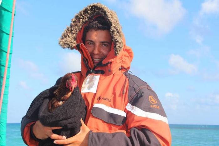 24-летний француз путешествует на яхте в компании курицы (15 фото)