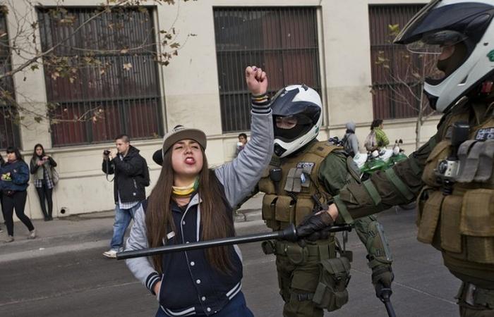 В Чили освободили лицей, захваченный протестующими школьницами (3 фото)