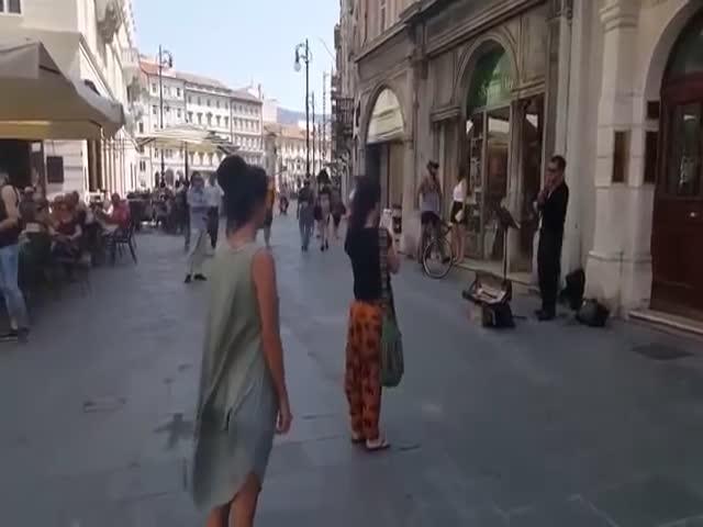 Девушка станцевала под музыку уличного музыканта