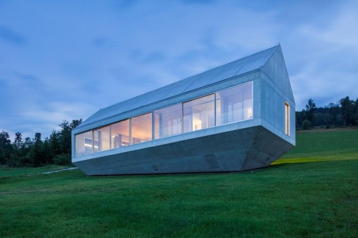 Дом в форме многогранника, которому не страшны оползни (16 фото)