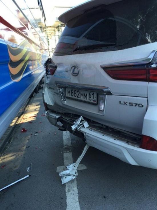 В Ростове детский поезд врезался в Lexus (3 фото)