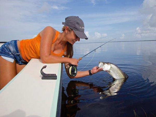 Горячие любительницы рыбалки (41 фото)