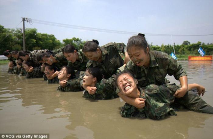 Суровые китайские стюардессы (9 фото)