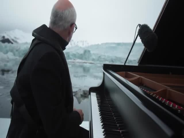 Итальянский композитор Людовико Эйнауди сыграл на рояле посреди льдов