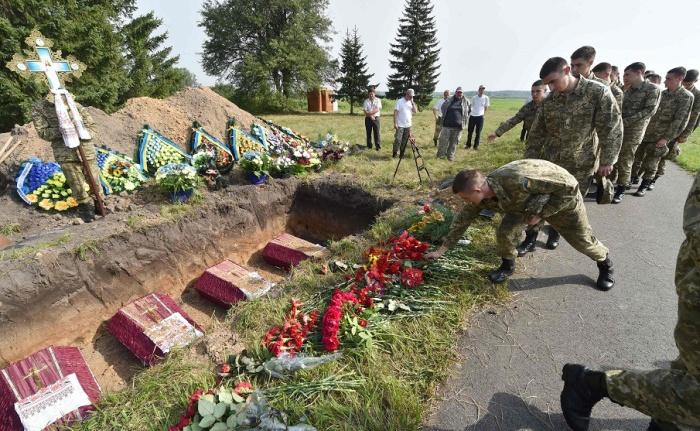 Под Киевом захоронили останки 20 солдат Красной армии (11 фото)