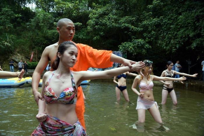 Суровое обучение и подготовка спасателей в бикини (9 фото)