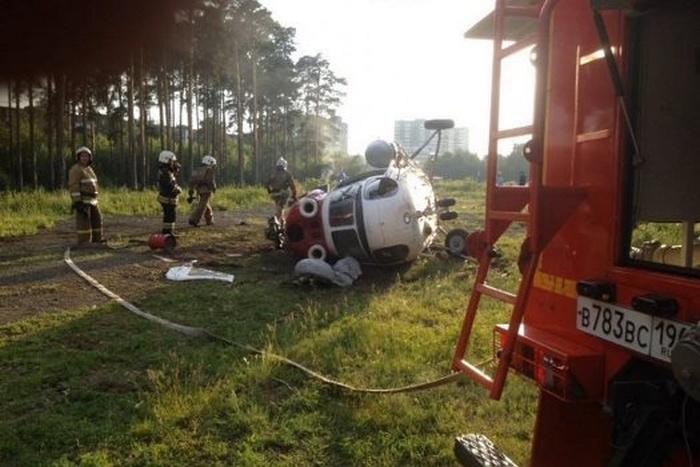 В Екатеринбурге рухнул медицинский вертолет «Ми-2» (5 фото)