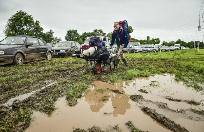 Гластонберийский фестиваль современного исполнительского искусства пройдет в болоте (34 фото)