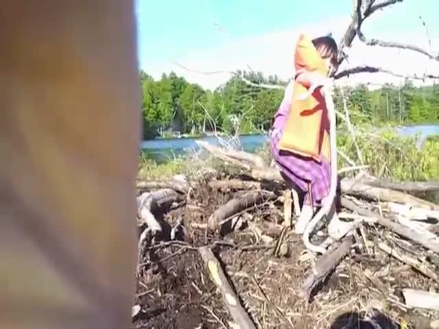 Маленькая девочка похвасталась находкой
