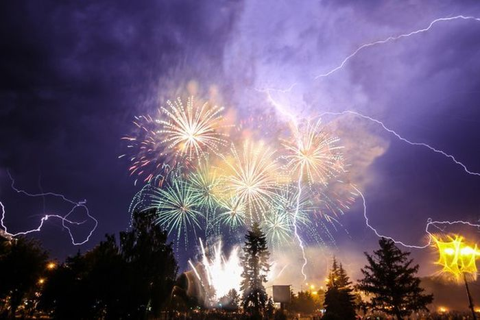 Молния во время салюта в Иваново (6 фото)