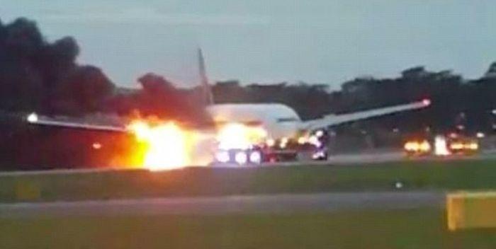 В аэропорту Сингапура во время экстренной посадки загорелся Boeing 777 (4 фото + видео)