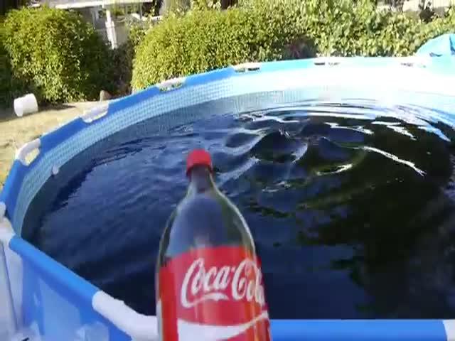 Парни утопили дрон в бассейне с колой