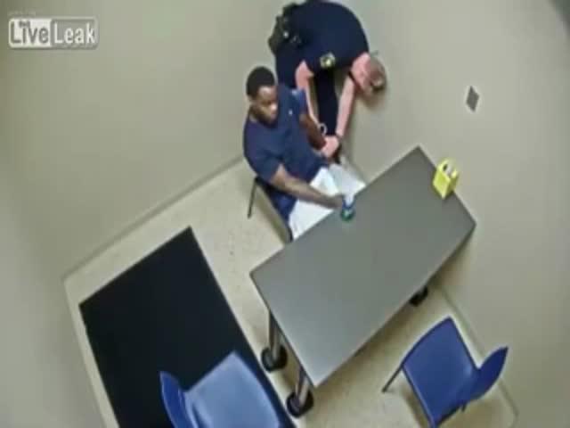 Преступник попытался выхватить пистолет у полицейского
