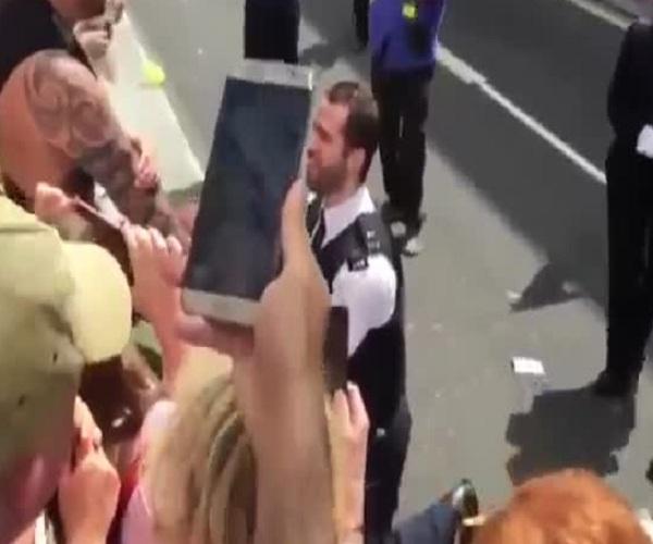 Полицейский сделал предложение своему бойфренду на параде секс-меньшинств
