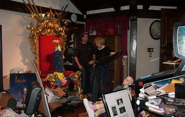 В сеть попали фото обыска в доме Майкла Джексона (11 фото)