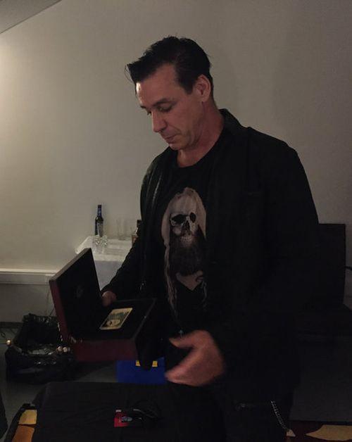 Солист Rammstein Тилль Линдеманн стал обладателем iPhone с портретом Путина (3 фото)
