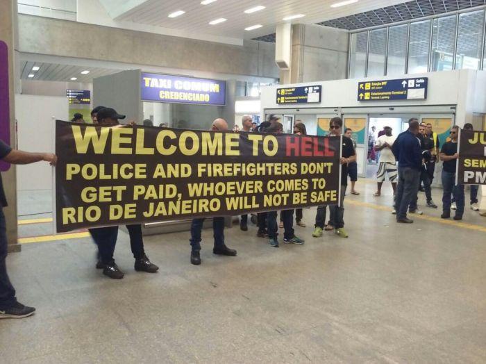 В Рио-де-Жанейро полицейские встречают туристов плакатом «Добро пожаловать в ад» (2 фото)