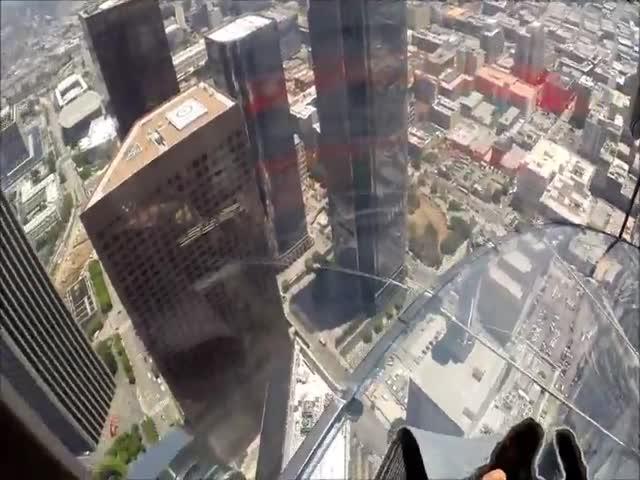 Стекленная горка на самом высоком небоскребе Калифорнии