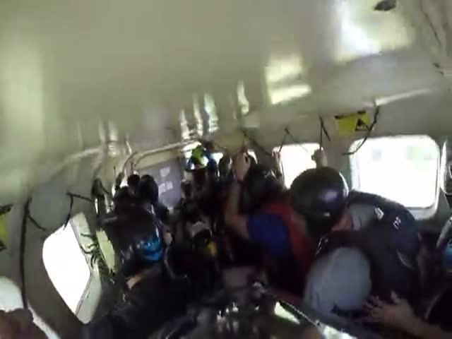 Экстренная посадка самолета с парашютистами