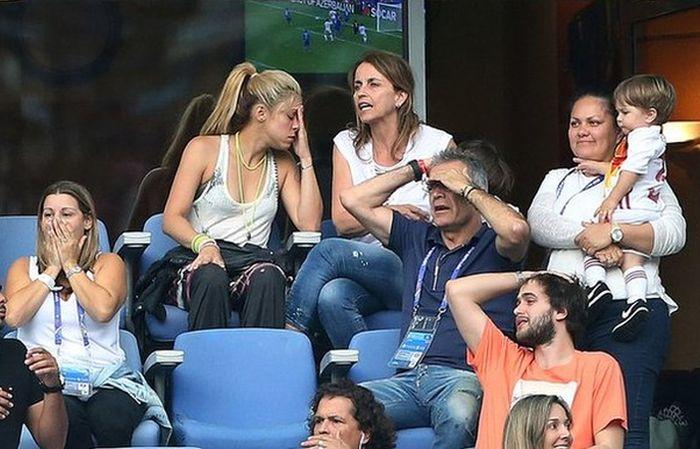 Шакира наблюдает за игрой своего супруга Жерара Пике (2 фото)