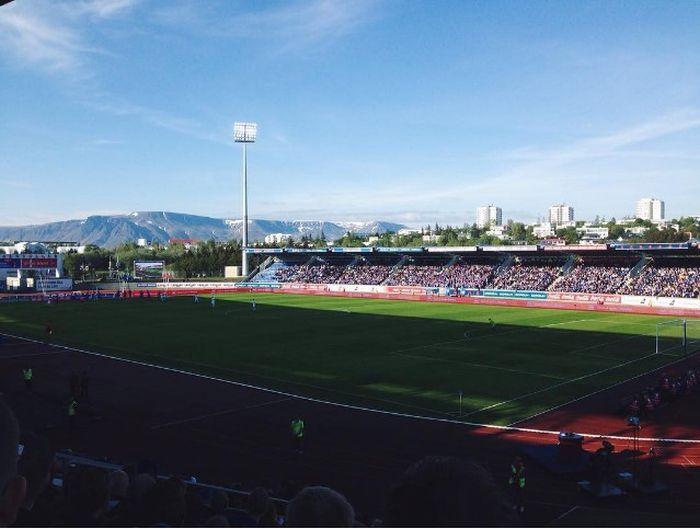 Как выглядят футбольные стадионы в Исландии (9 фото)