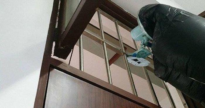 Как спастись от курящих соседей по комнате (4 фото)