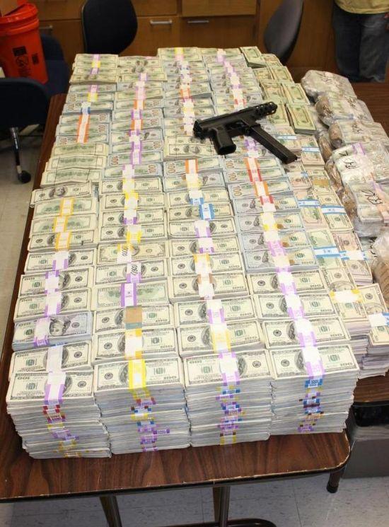 В Майами у наркоторговцев изъяли 24 миллиона долларов, спрятанных в стену (6 фото)