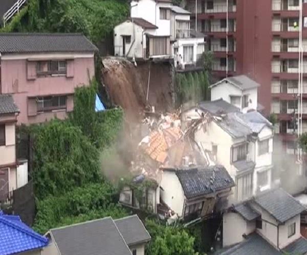 В Японии из-за оползня рухнул дом