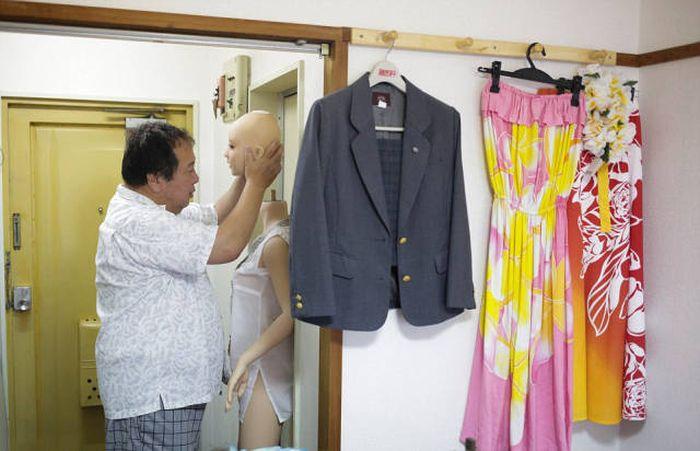 Женатый японец стал жить с силиконовой секс-куклой (13 фото)