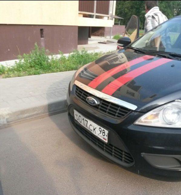 В Невской Дубровке мужчина в трусах ездил на автомобиле Следственного комитета (4 фото)