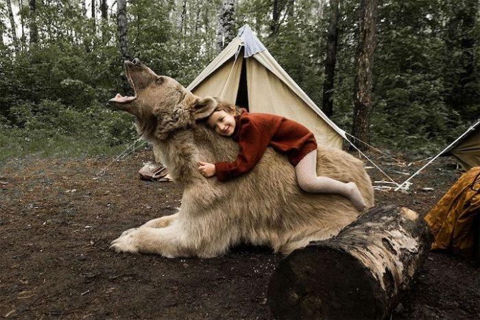 Фотосессия семьи дрессировщика Юрия Пантелеенко с ручным медведем Степаном (8 фото)
