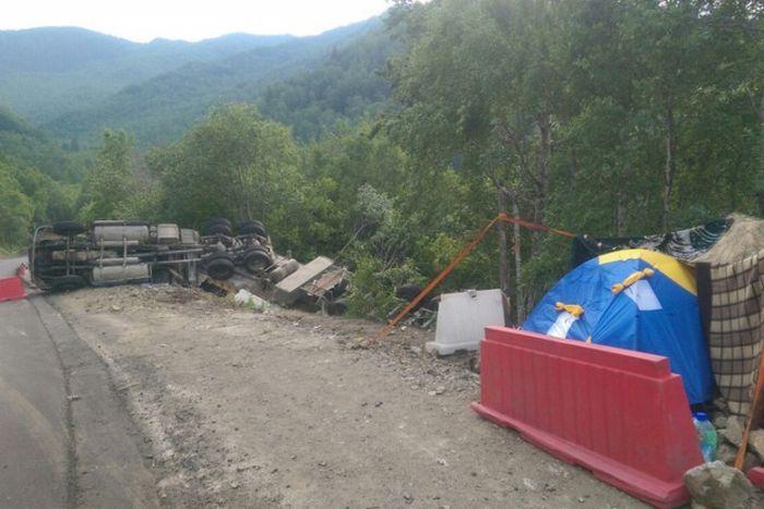 Пользователи сети решили спасти дальнобойщика, живущего в палатке на трассе под Иркутском (3 фото)