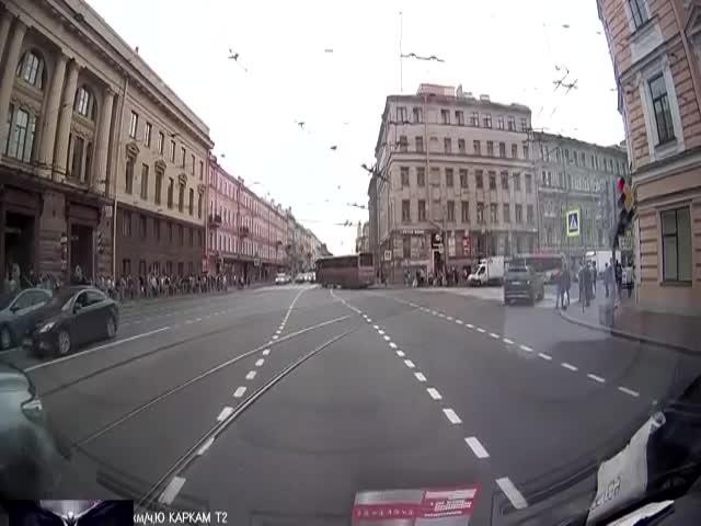 Логичный водитель внедорожника: «Ты ж в России живешь»