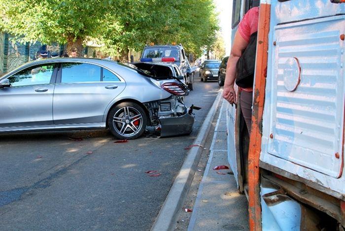 В Перми трамвай столкнулся с двумя автомобилями марки Mercedes (2 фото + видео)