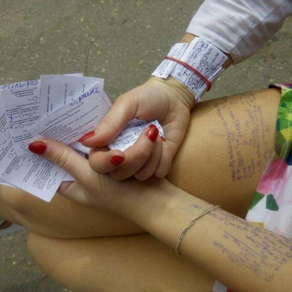 Школьницы и студентки показывают свои шпаргалки (19 фото)