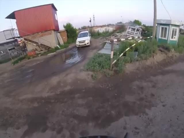 В Омске журналист на велосипеде следил за самосвалом со срезанным асфальтом