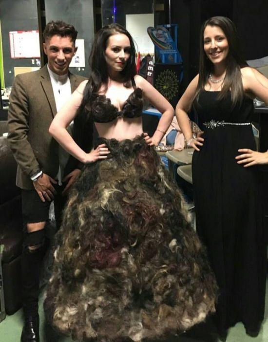 Девушка сшила платье из лобковых волос, полученных от незнакомцев (4 фото)