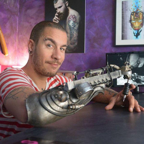 Тату-мастер получил протез со встроенной тату-машинкой (4 фото)