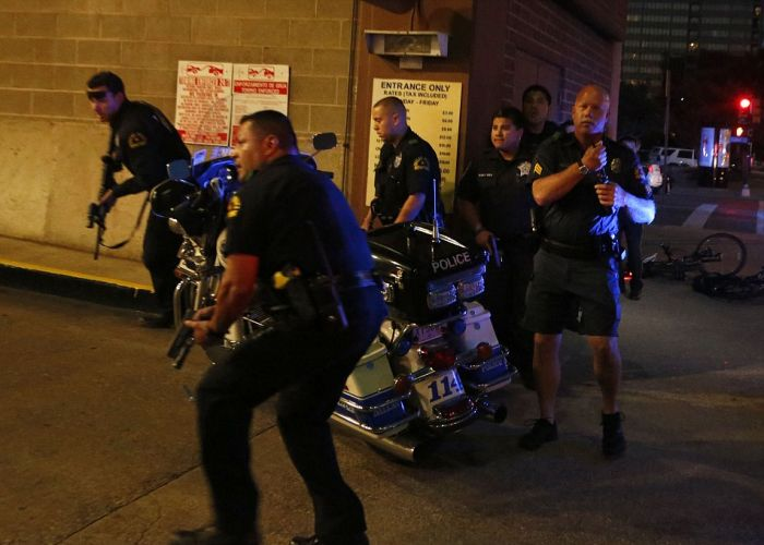 В Далласе в ходе акций протеста убиты 5 полицейских (5 фото + 3 видео)