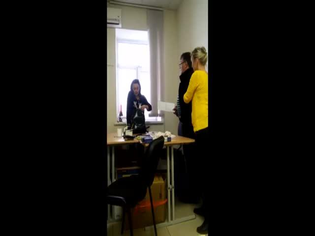 Уволенная девушка угрожала коллегам пистолетом