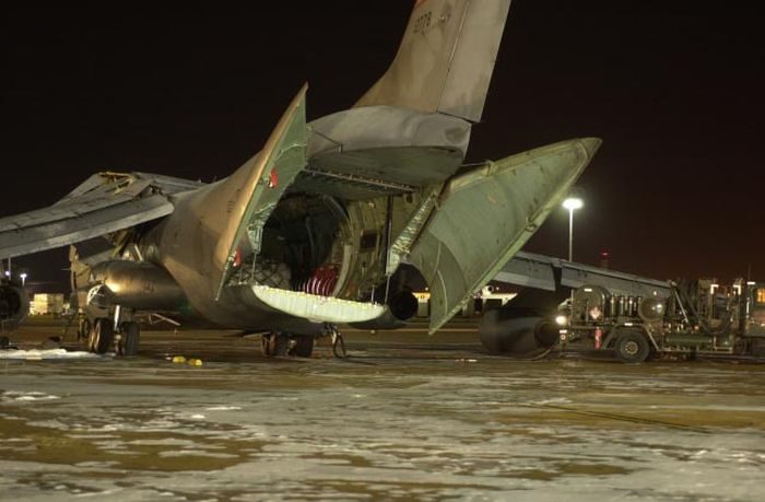 Как американцы самолет заправляли (10 фото)
