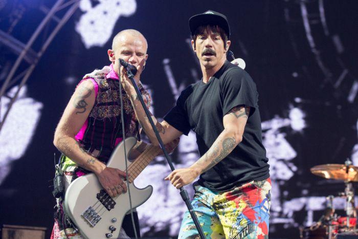В Белоруссии таможенники уговорили музыкантов Red Hot Chili Peppers подписать диски группы Metallica (2 фото)